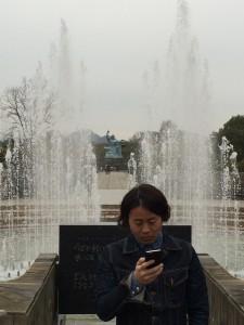 平和祈念公園で平和の像をバックに編集長